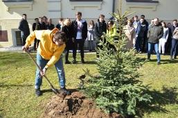 Maturzyści posadzili swoje drzewko_3